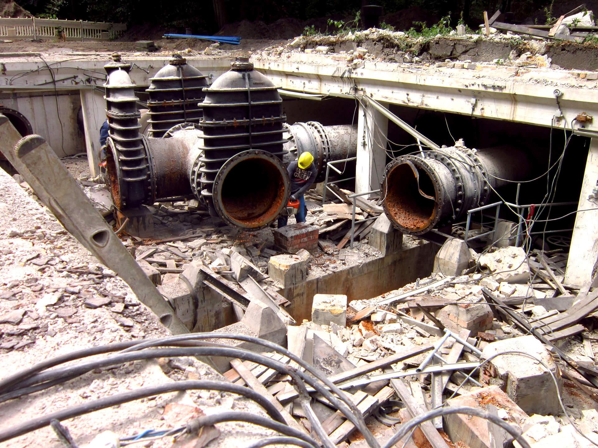 Abbruch der alten, für die Steuerung des Zu- und Ablaufs der Wasserkammern auf der Fernleitung zuständigen Schieberstation rund 300 Meter unterhalb des Hochbehälters