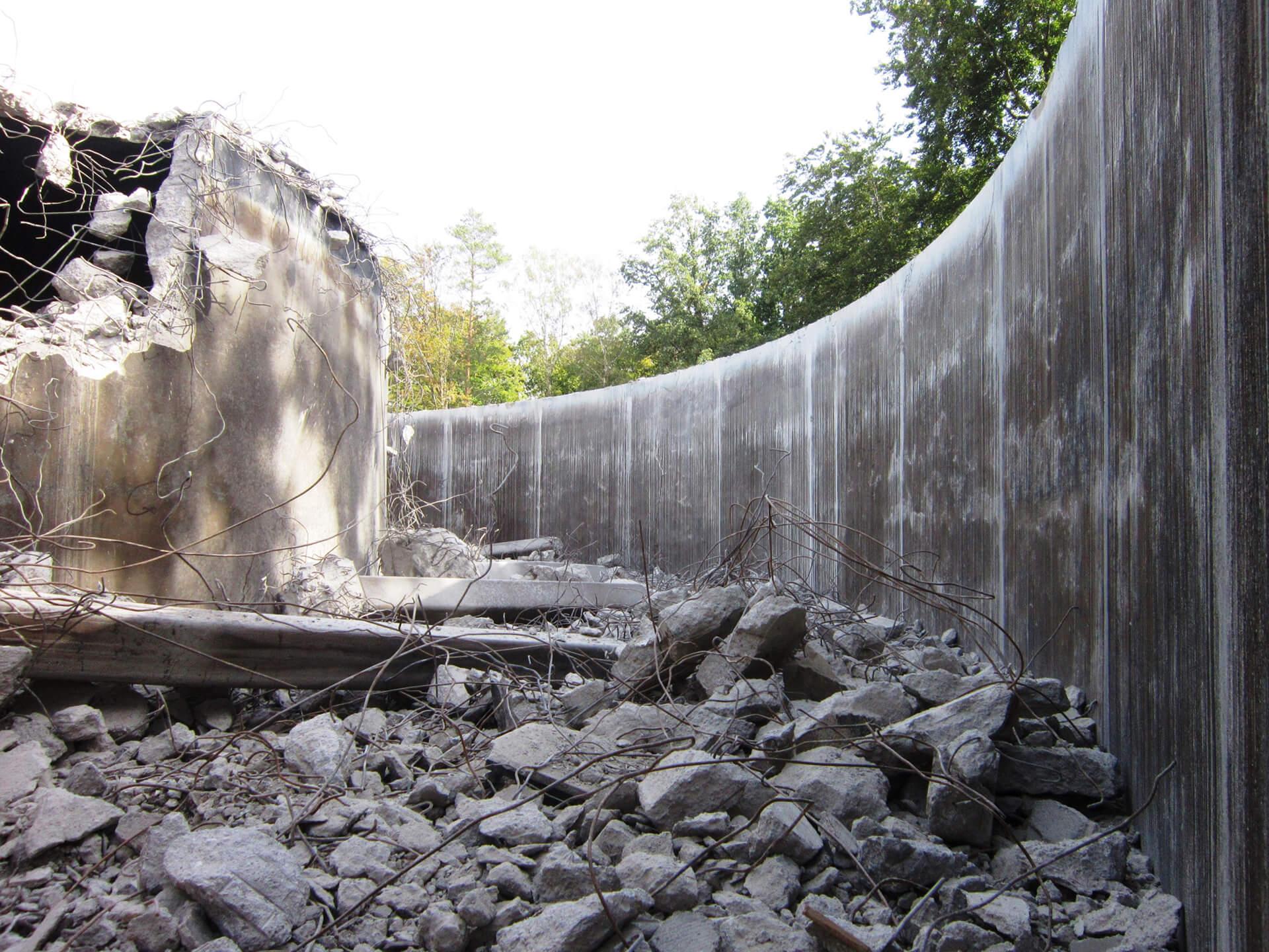 """Abbruch der Wasserkammer 1: rechts die Außenwand, die als """"verlorene Schalung"""" für die Außenwand der neu zubauenden Wasserkammer bestehen bleibt"""
