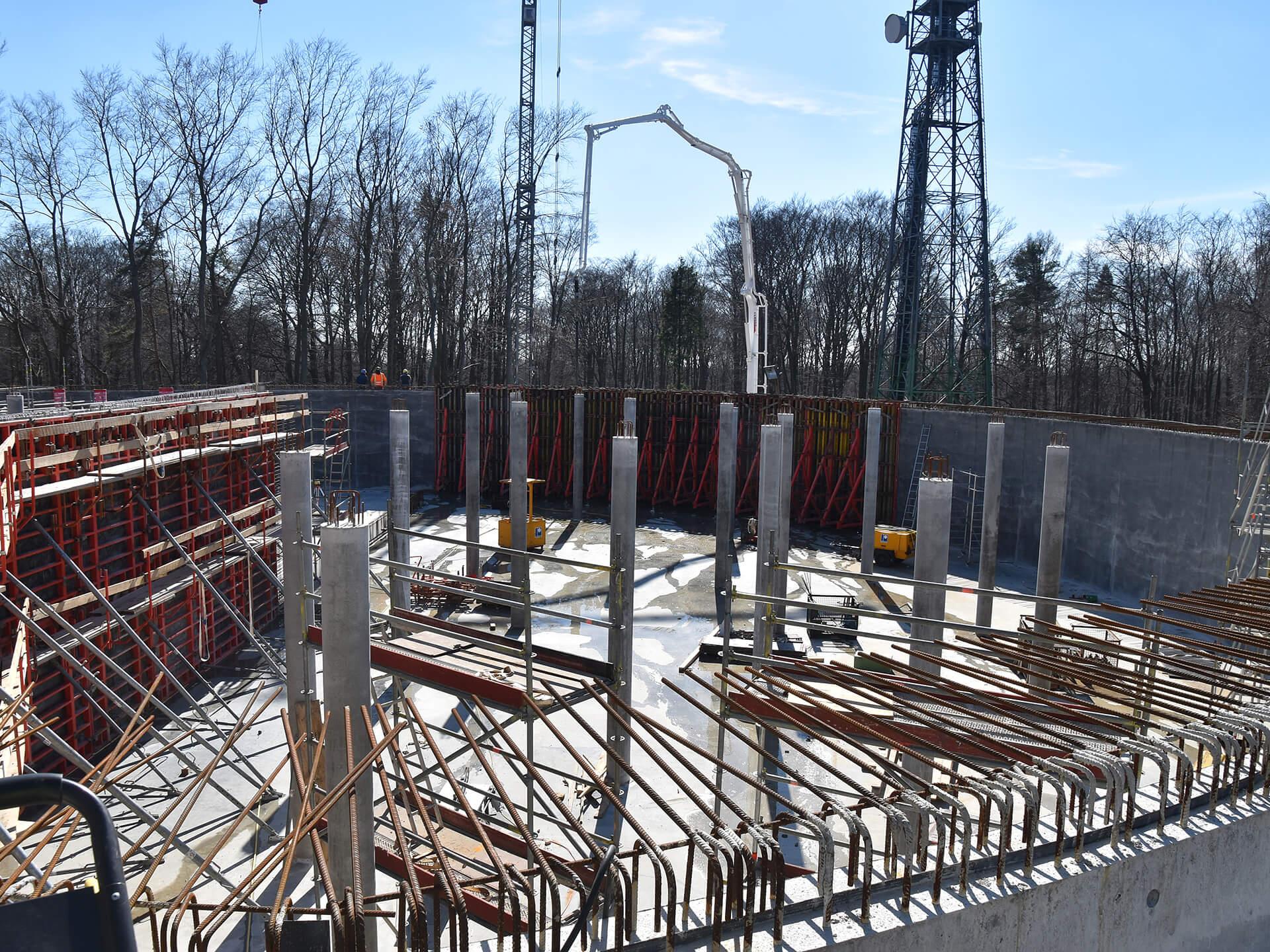 Neubau der Wasserkammer 1: links im Bild die Schalung der Leitwand, Bildmitte und rechts bereits fertig betonierte Außenwandabschnitte und Stützen