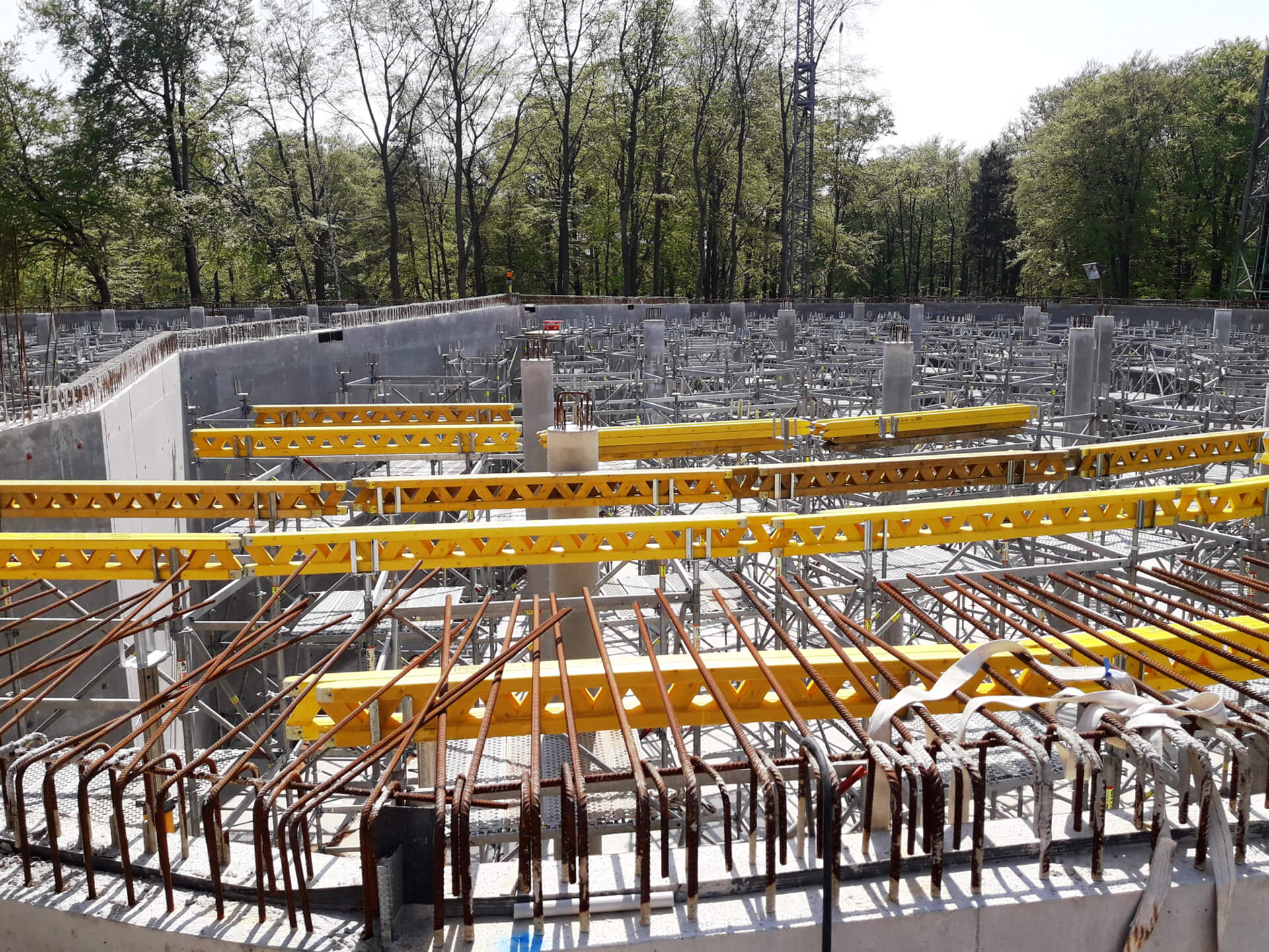 Gerüsttürme zur Aufnahme der Balken für die Deckenschalung der Wasserkammer 1