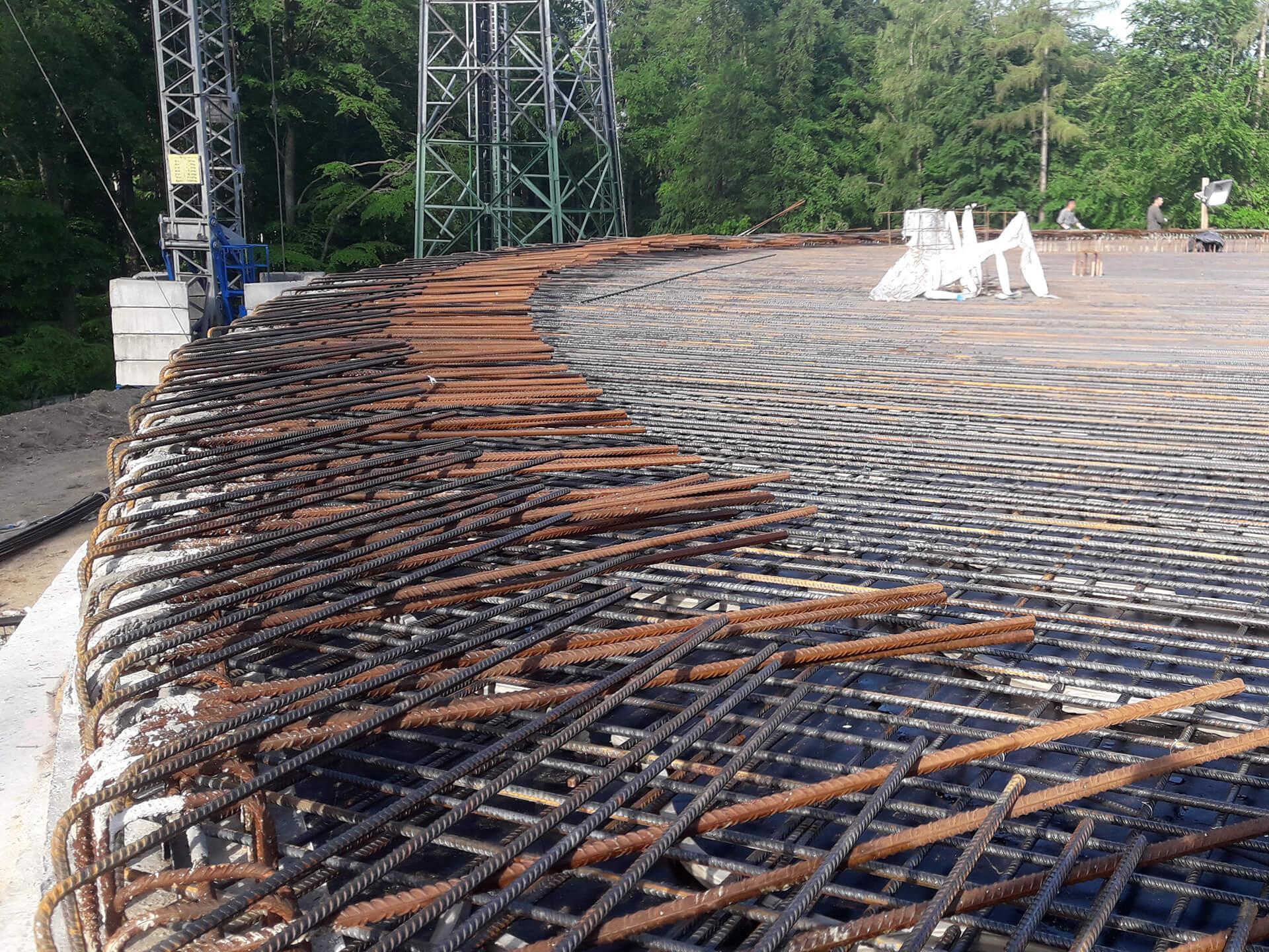 Die Schaltafeln und der überwiegende Teil der Bewehrung der Decke sind verlegt und warten auf den Betonierprozess
