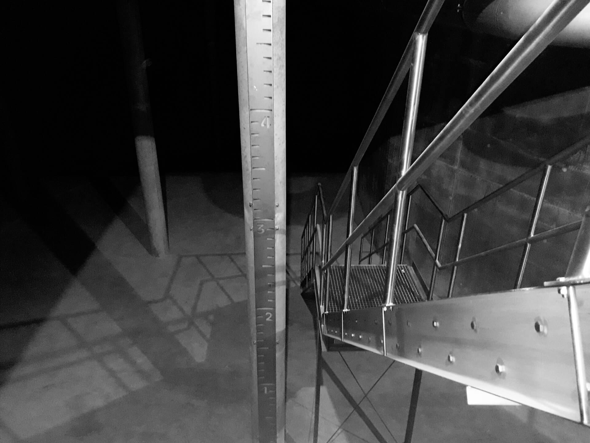 Teilgefüllte Wasserkammer 1 vor der abschließenden Prüfung, vorn im Bild die Zugangstreppe und die Messlatte für die Beobachtung vor Ort