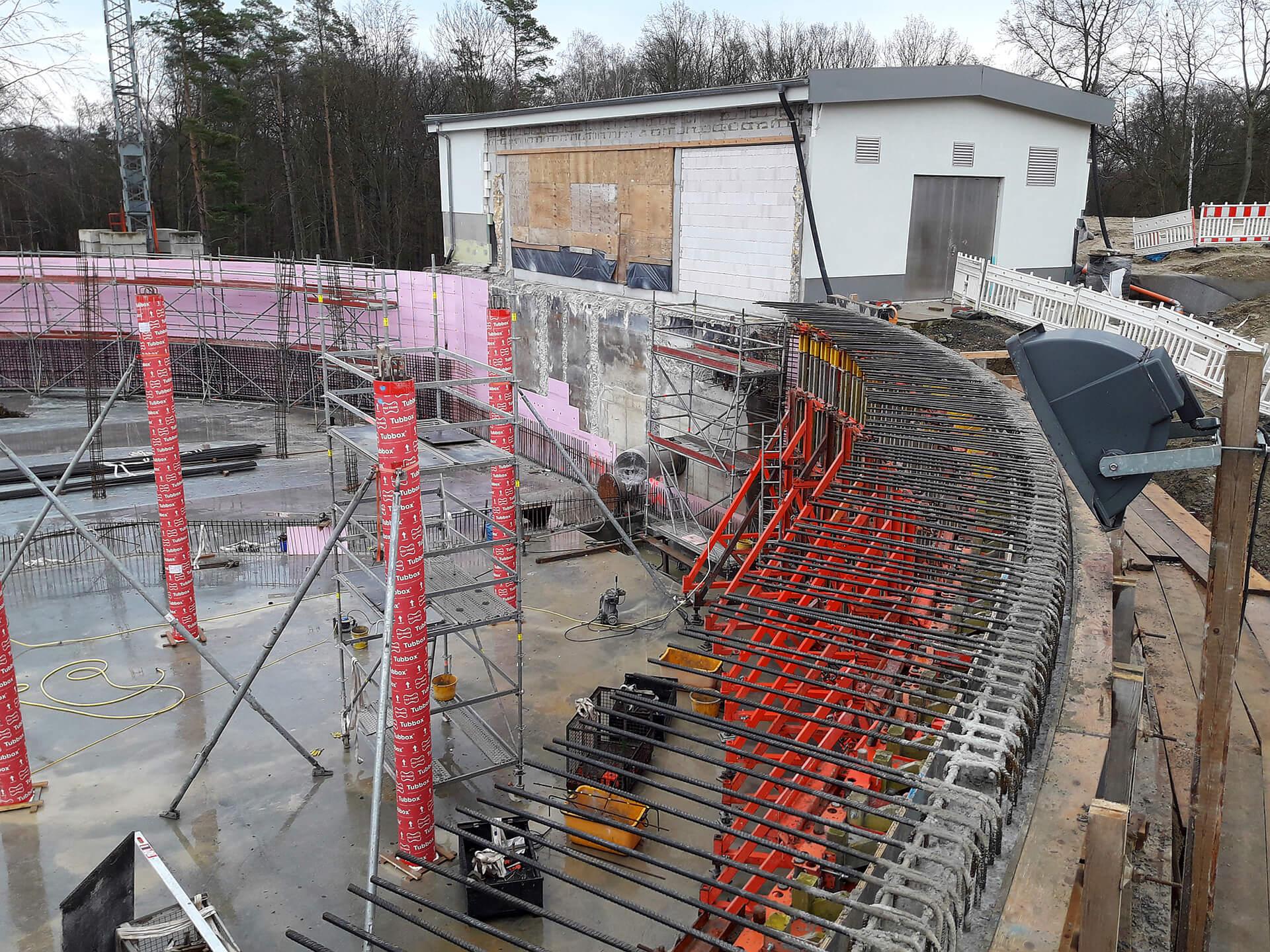 Bau der Wasserkammer 2: vorn rechts im Bild bereits die Anschlussbewehrung für Wand und Decke der neuen Kammer