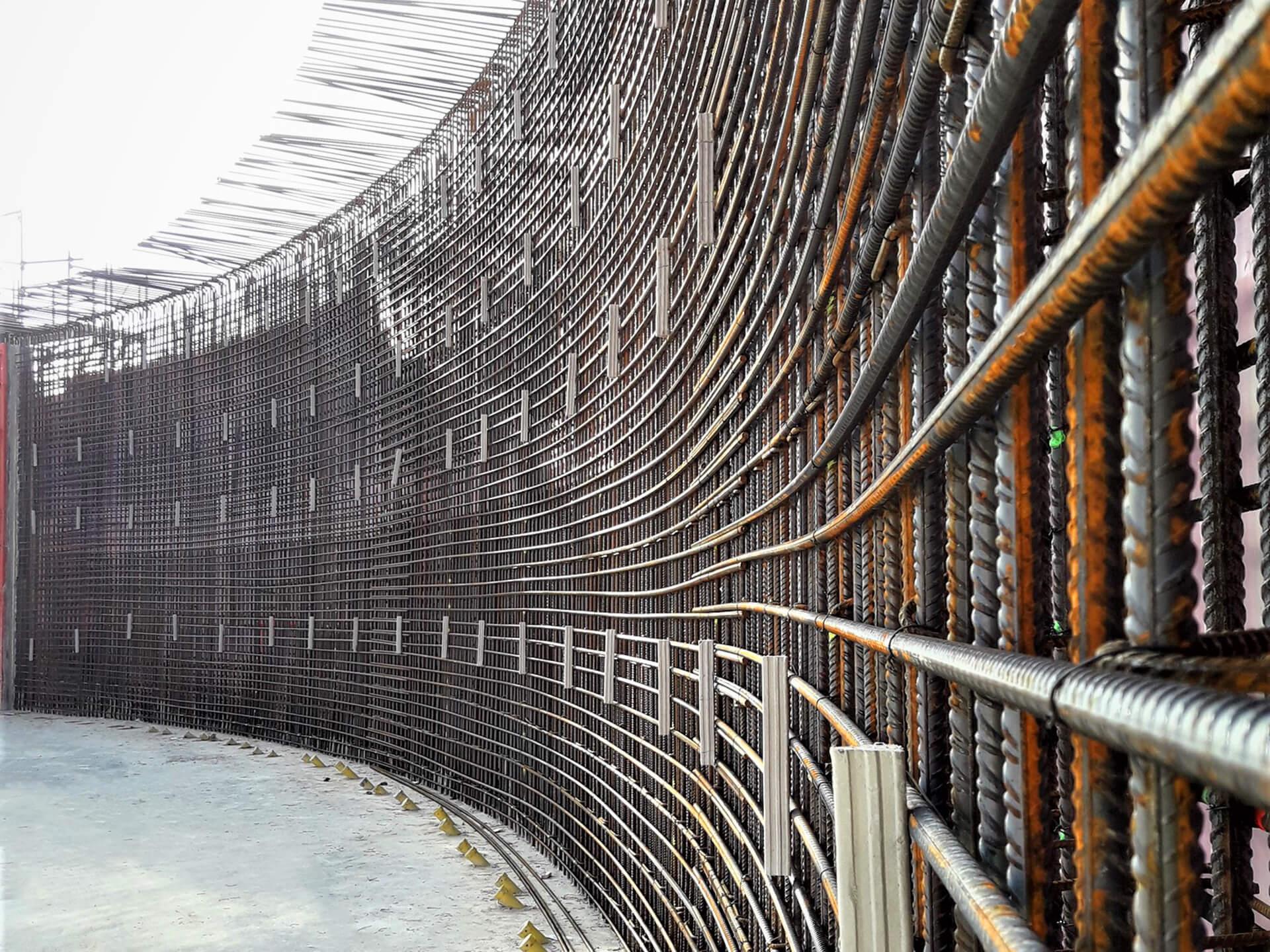 Blick von innen auf die fertige Bewehrung der neuen Außenwand der Wasserkammer 2