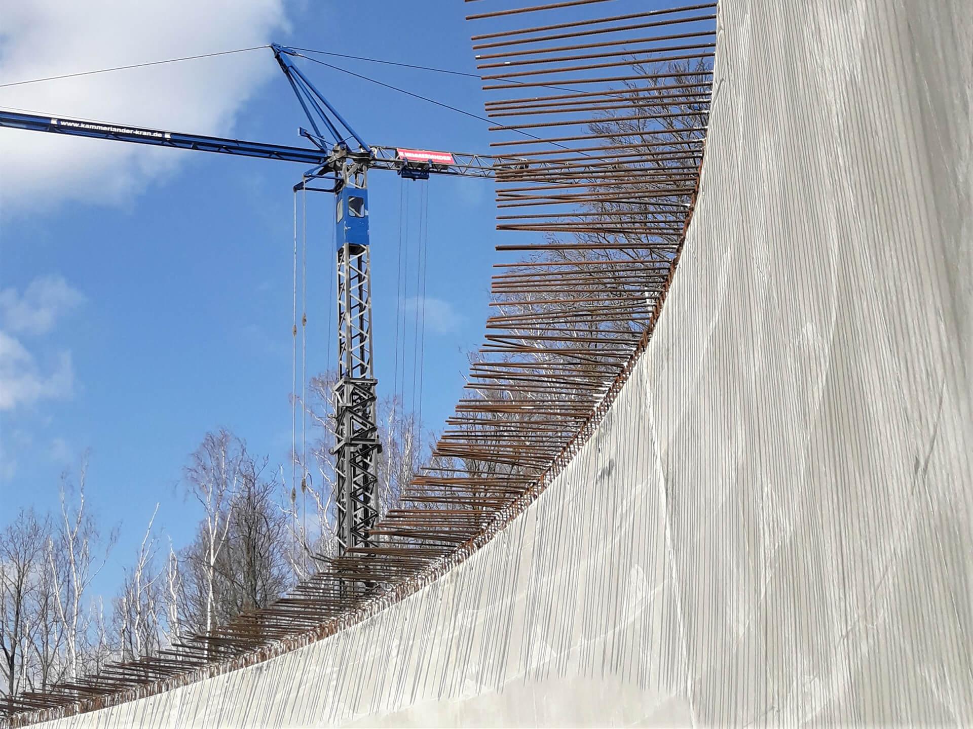 """Der Wandabschnitt ist fertig und bereits """"ausgeschalt"""", Blick nach oben zur Anschlussbewehrung zwischen Wand und Decke"""