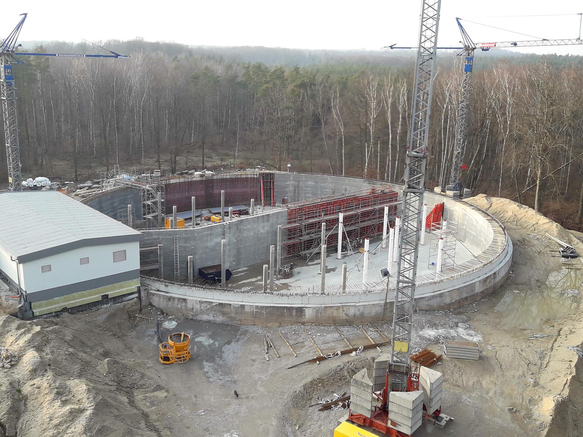 Blick auf die im Bau befindliche Wasserkammer 2, links im Bild das neue Schiebergebäude und ganz links das Eingangsbauwerk zur bereits fertigen Wasserkammer 1