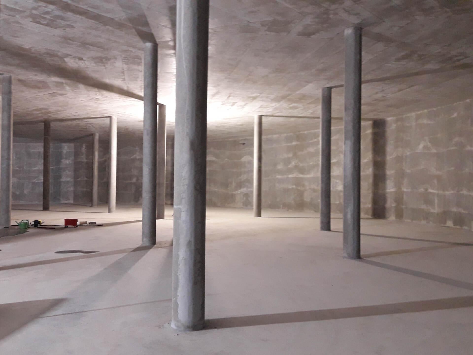 Die fertige Wasserkammer 2 wird beräumt, links im Bild eines der Belüftungsrohre, die an die Decke montiert werden und die Be- und Entlüftung gewährleisten.