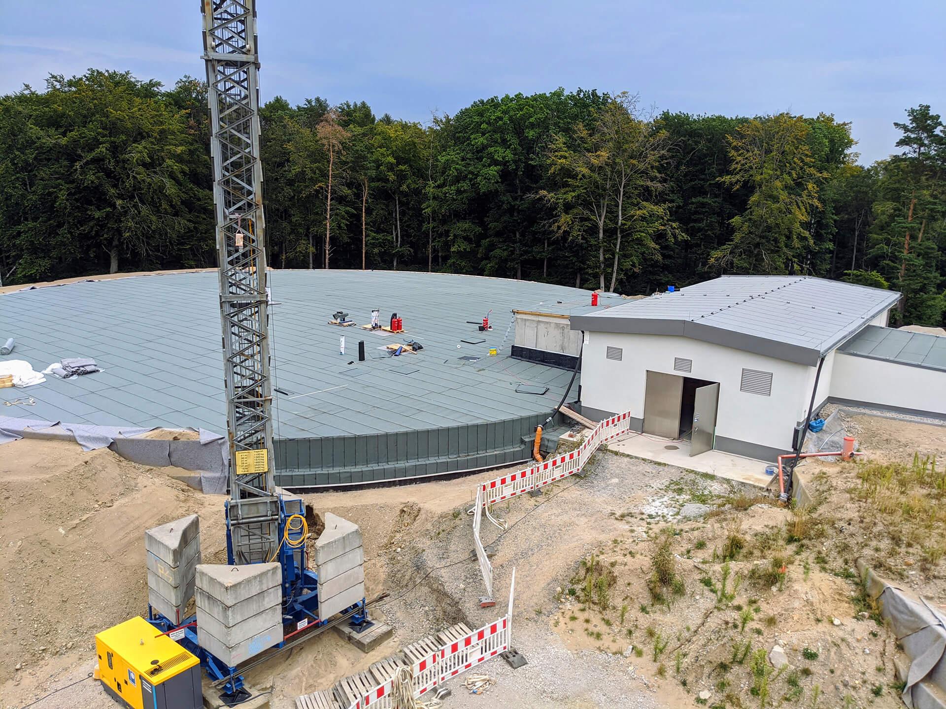 Die Abdichtung der Decke der Wasserkammer 2 ist fast fertig gestellt. Danach wird noch eine Lage Vlies zum Schutz verlegt und rund 50 Zentimeter Mutterboden aufgebracht.